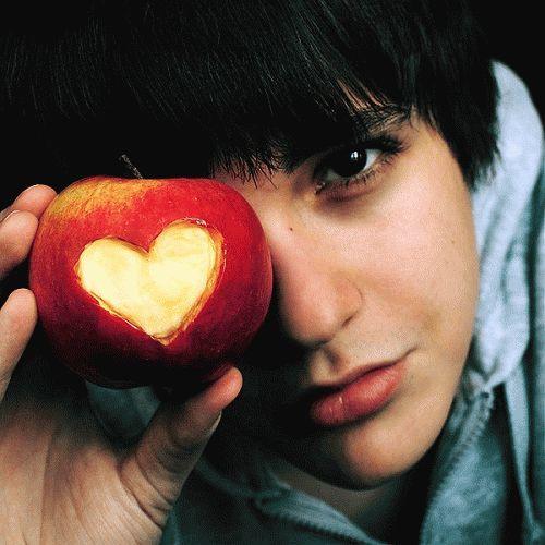 Девушка давит каблуком яблоко фото 783-406