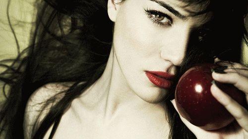 Девушка давит каблуком яблоко фото 783-782